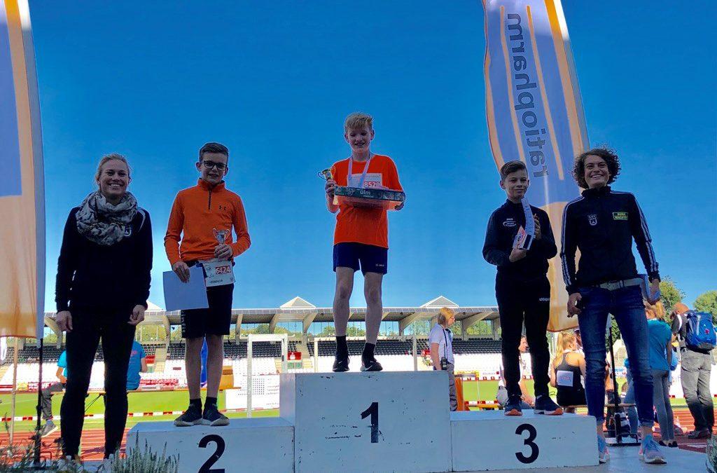 Alina Reh überreicht Connor Stawik die Silbermedaille in Ulm
